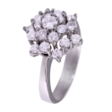 Anillo en oro blanco modelo rosetón en doble altura con diamantes blancos talla brillante