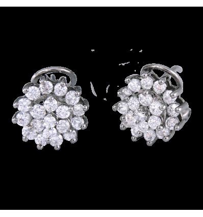 Pendientes triple orla en oro blanco con diamantes blancos talla brillante. Cierre omega
