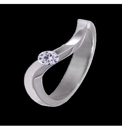Solitario de diseño en oro blanco con diamante central talla brillante sujeto en garras