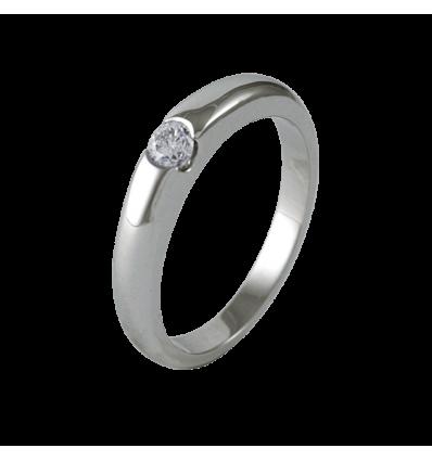 Solitario en oro blanco con diamante central talla brillante, brazo media caña bombé