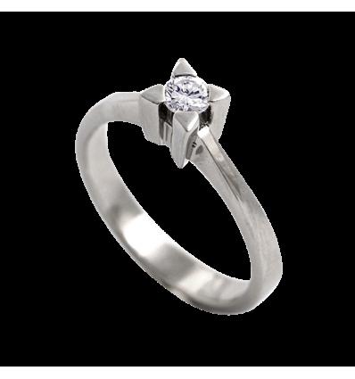 Solitario en oro blanco con diamante central talla brillante, brazo cuchilla plano