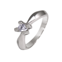 Solitario en oro blanco con diamante central talla brillante, brazo en flecha triangular